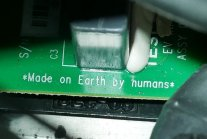 """Made on earth by humans"" na płytce drukowanej w Roadsterze"