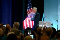 """Donald Trump przytula flagę. W tle """"You Can't Always Get What You Want"""""""